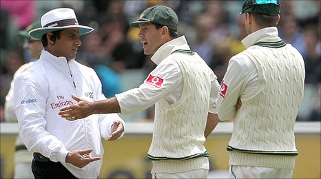 _50584560_ponting_argues